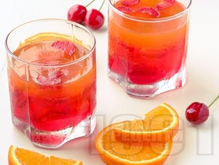 Свеж коктейл с водка, портокалов сок, сок от ананас и лайм - снимка на рецептата